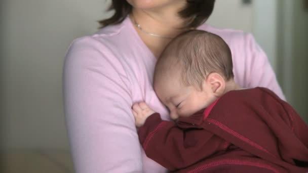 anya tartja vele a csecsemő