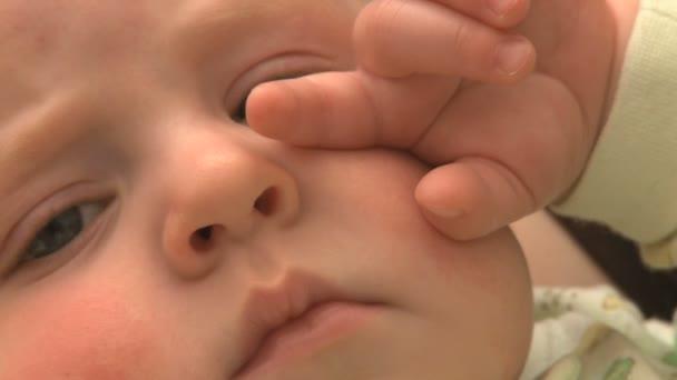 6 měsíců staré dítě muž padá