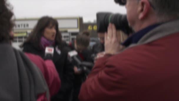 Reporter interviewen Menschen über Eilmeldungen