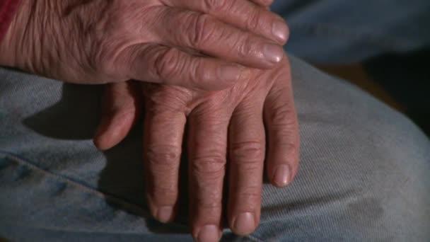Starší muž ruce