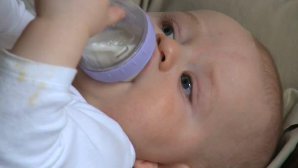 Kojenecká láhev mužské 6 měsíců staré