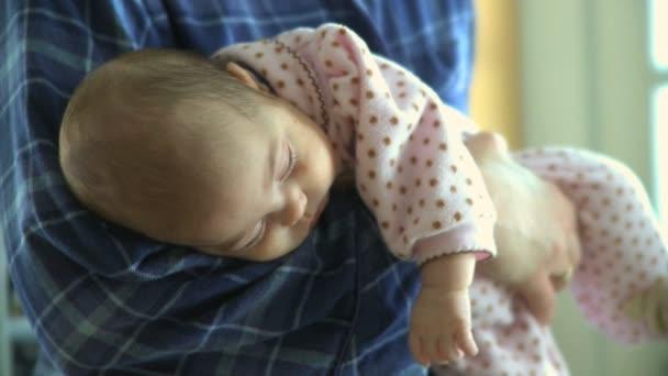 matka drží její spící