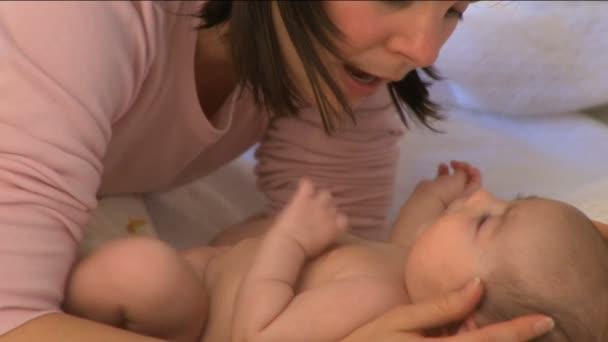 anya és vele a csecsemő 3-8