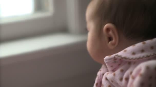 boční pohled vlnící dítě