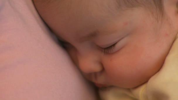 csecsemő alszik anya