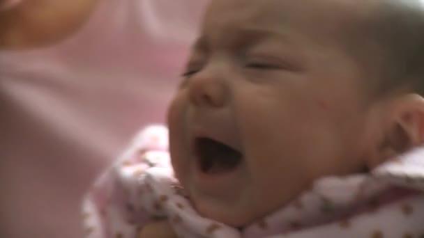 plačící holčičku