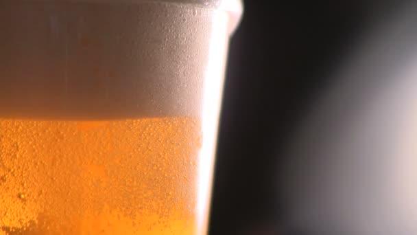 Sör egy sör üveg öntik