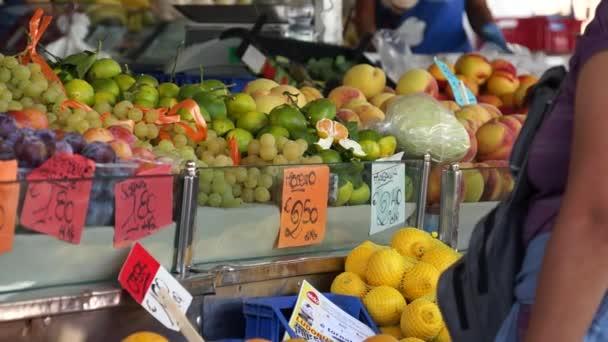 Az emberek ennivalót a piacon