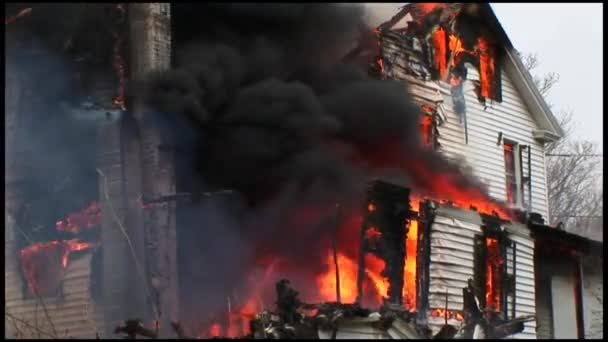 Dům je kompletně zničen požárem