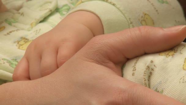 dítě a matka ruce