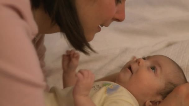 anya és vele a csecsemő 7-8