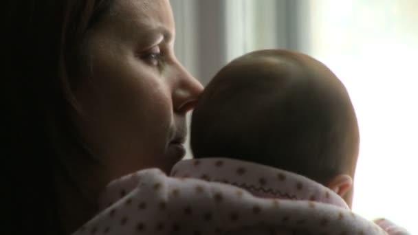matka drží její dítě dívka vítězství