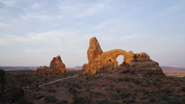 Szép reggel idő telik el a torony Arch Arches Nemzeti Park.
