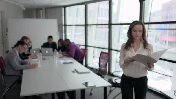 Atraktivní profesní kroky na kameru během setkání