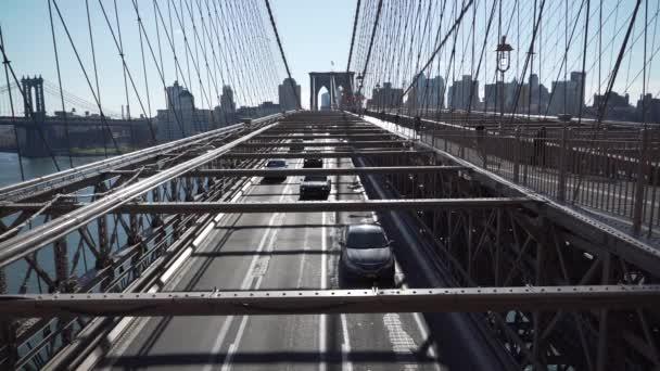Autók vezetési át a Brooklyn-híd látképe
