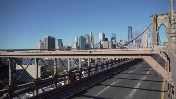 Szene von Autos auf der Brücke von Brooklyn