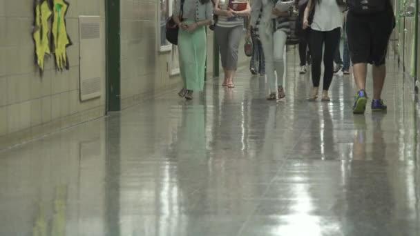 Diákok sétál hall által szekrények
