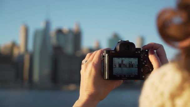 Egy nő fog mozi-ból New York városára