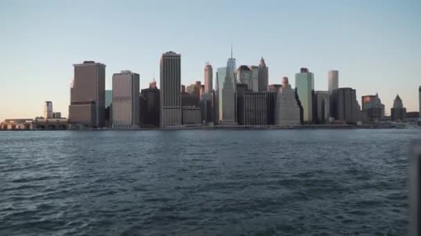 Pohled na panorama New Yorku za slunečného dne