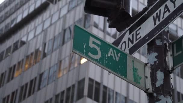 Snímek světoznámého znaku Páté Avenue na Manhattanu.