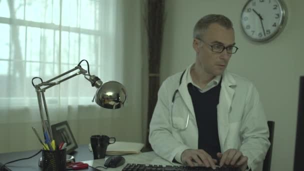 Lékař v jeho kanceláři