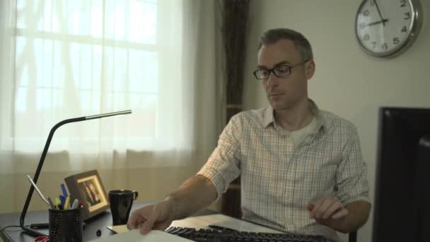 Člověk pracuje na čistý pracovní stůl s počítačem a klávesnice