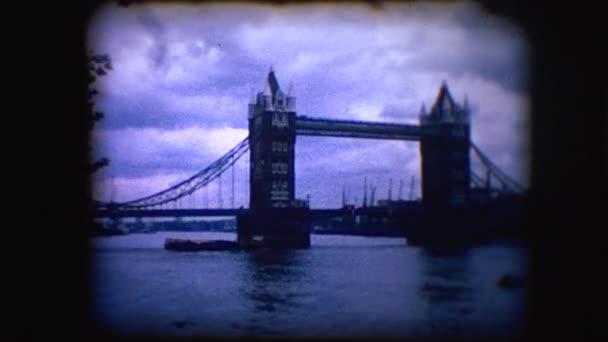 Ročník 8mm záběry z London Bridge a Tower Bridge přes řeku Temži