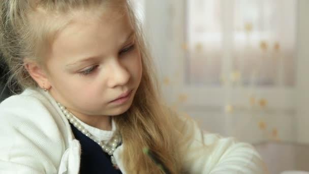 hezká holčička maluje obraz s kartáčem