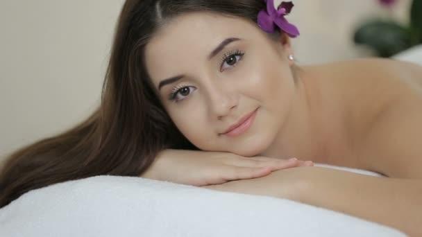 schönes Mädchen im Massagesalon schaut in die Kamera