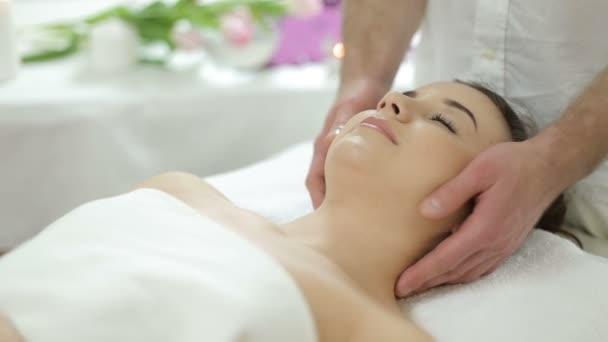 massaggio viso bella ragazza