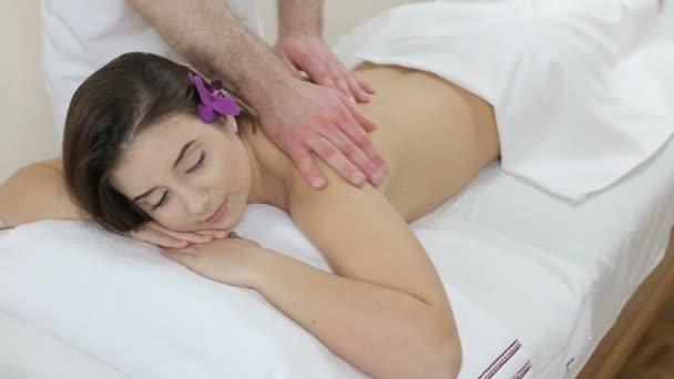 Holka dostává relax masáž páteře ve spa salonu