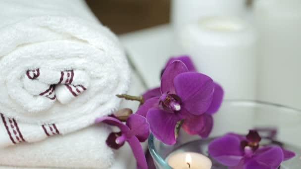 Spa-Stillleben mit Kerzen und Blumen, Badezimmer — Stockvideo ...
