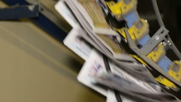 noviny pohybovat podél montážní linky v továrně