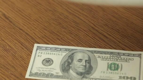 Dolaru hotovosti poznámky účty dřeva stůl
