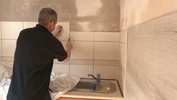 Uomo che pulisce piastrelle di ceramica in cucina — Video Stock ...