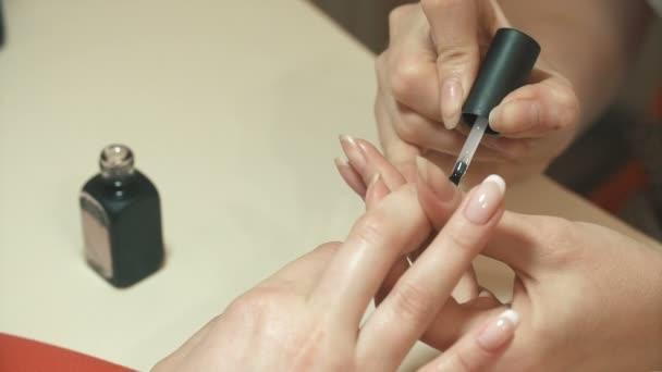 Manikúru. Lak na nehty. Žena v salonu krásy příjem manikúru od kadeřnice