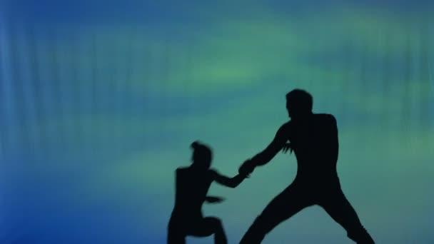 Siluetta di una coppia che balla, eseguendo acrobazie