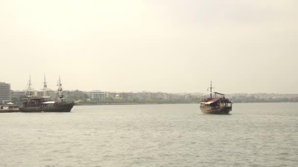 Plachetnice, plovoucí na vodě poblíž výlet lodí cityholiday.