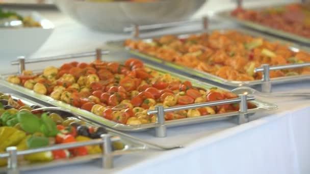 různé potraviny z kuchyňského stolu