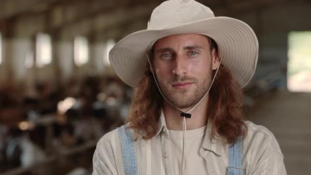 Běloch v klobouku, stáj s kozami