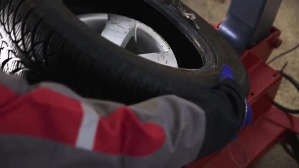 Výměna pneumatik v čerpací stanici