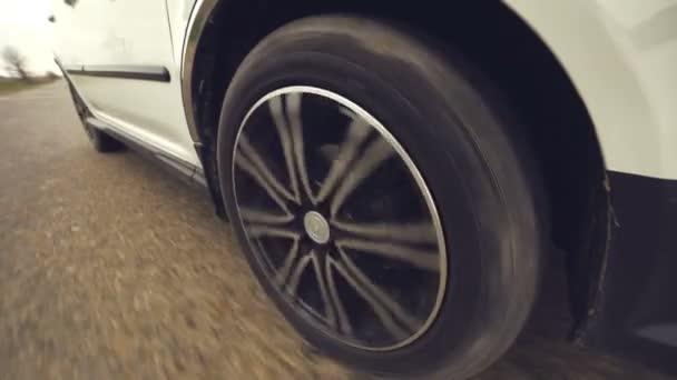 kolo vozidla, která jsou přenášena na špatné silnici