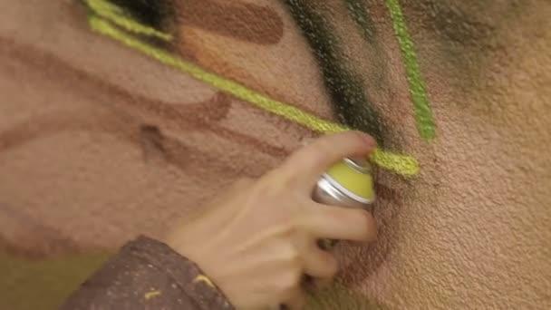 Muž ruční malování Graffiti na zdi
