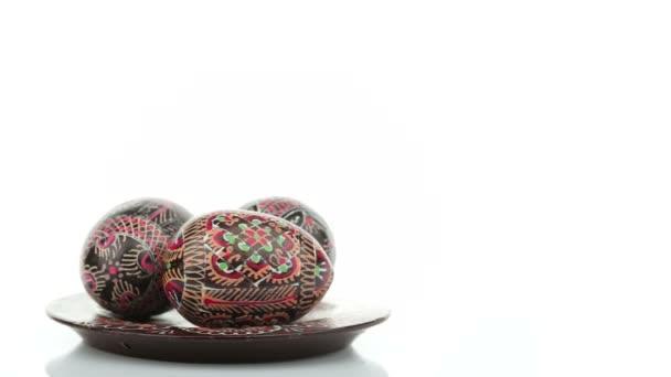 Malovaná velikonoční vajíčka izolovaných na bílém pozadí