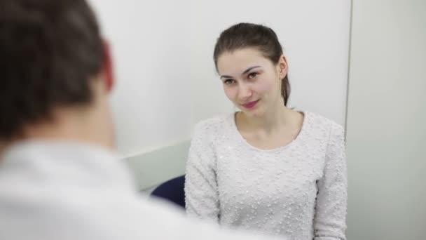 schöne junge Patientin hört auf Rat des Arztes
