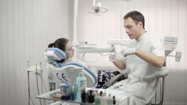professioneller Zahnarzt, der den Patienten untersucht