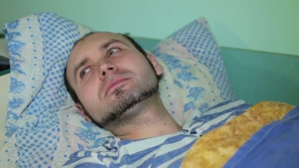 Close-up mladý muž nemůže spát