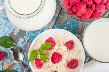 Oat flakes with milk and raspberries