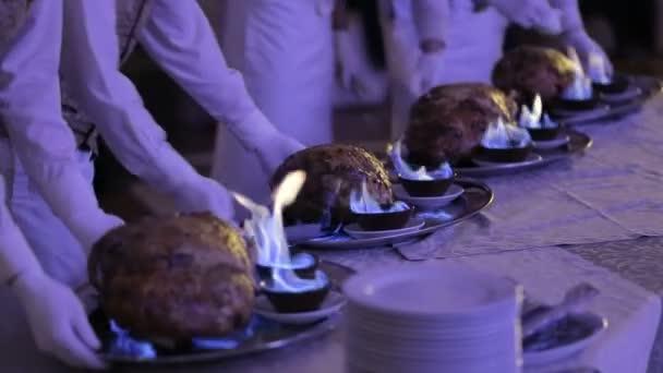 Kuchař kuchař připraví maso ovce