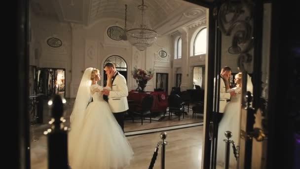 Nevěsta a ženich objímá v paláci